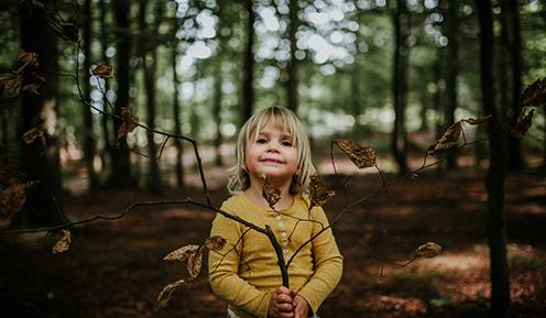 Pige i bøgeskov