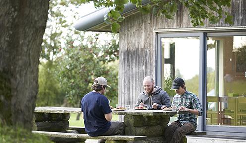 Udendørs frokost på Skovskolen Eldrupgård